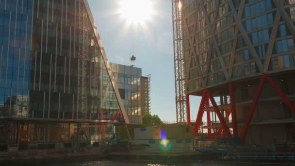 Londýn, kolem roku 2018 - Close-up shot velké staveniště výškových budov v Docklands čtvrti Londýna, Anglie, Velká Británie