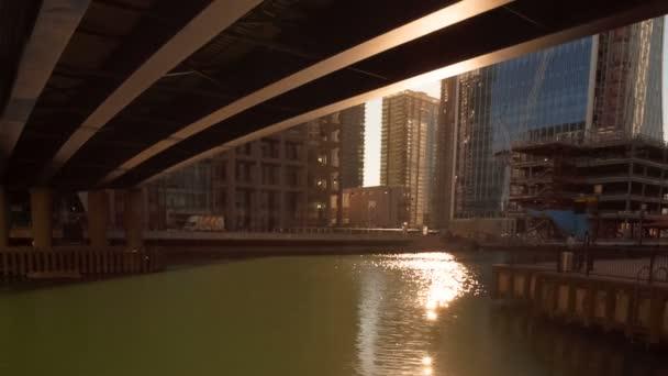 London, ca. 2018 - Panning Shot des Bezirks Docklands - Canary Wharf - in London, England Uk. Das Sonnenlicht reflektiert auf dem Wasser als die Sonne untergeht