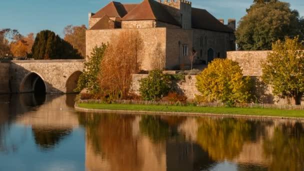 Kent, Inghilterra, circa 2018 - colpo del primo piano del castello medievale di Leeds nel Kent, Inghilterra, splendidamente riflette su un lago. I castello risale al 1086