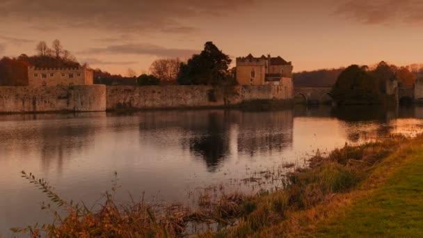 Kent, Inghilterra, circa 2018 - il colpo cinematografico grandangolare del castello medievale di Leeds nel Kent, Inghilterra, splendidamente riflette su un lago