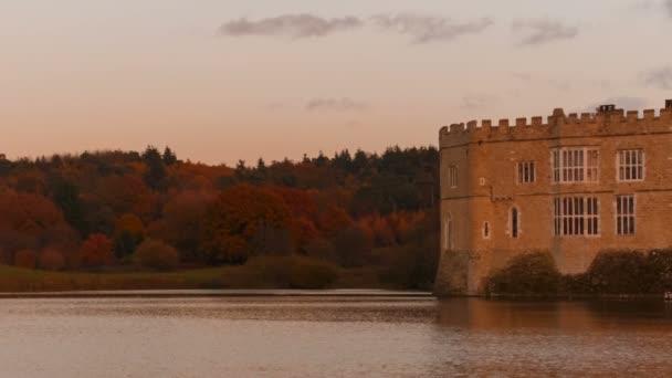 Kent, Inghilterra, circa 2018 - prima serata colpo del castello medievale di Leeds nel Kent, Inghilterra, splendidamente riflette su un lago. I castello risale al 1086