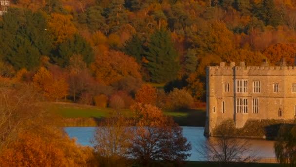 Kent, Inghilterra, circa 2018 - colpo di tramonto del castello medievale di Leeds nel Kent, Inghilterra, splendidamente riflette su un lago. I castello risale al 1086