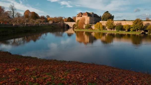 Kent, circa 2018 - colpo largo del castello medievale di Leeds nel Kent, Inghilterra, splendidamente riflette su un lago. I castello risale al 1086