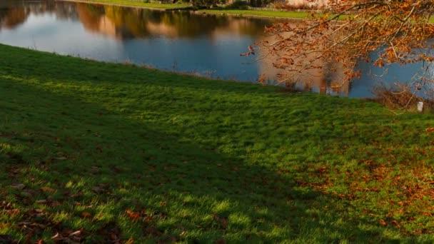 Kent, circa 2018-inclinazione colpo del castello medievale di Leeds nel Kent, Inghilterra, splendidamente riflette su un lago. I castello risale al 1086