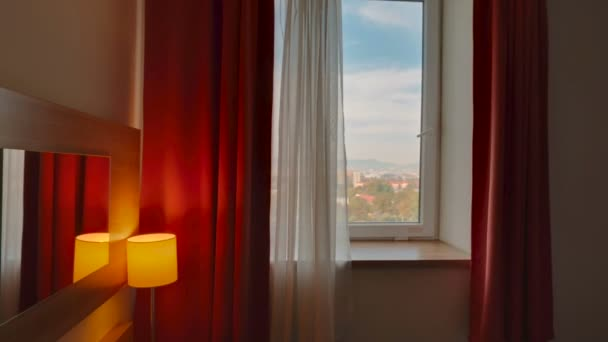 Shot POV z hotelového pokoje s výhledem