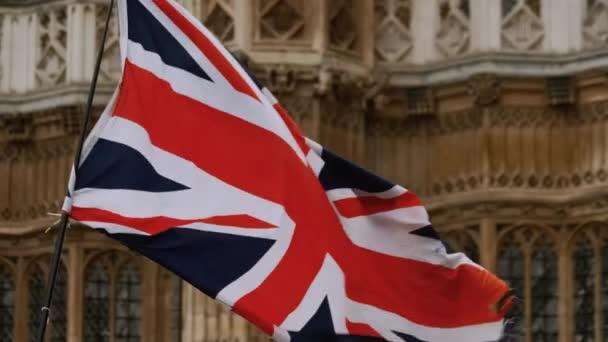 Die britische Flagge weht in Zeitlupe