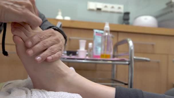 Pedikúra a masáž chodidel v salonu krásy pro ženy a muže