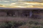 Fotografie Sonnenuntergang über verlassene Haus am Zugbrücke, die letzten verbleibenden Ghost Town in San Francisco Bay Area. Don Edwards San Francisco Bay National Wildlife Refuge, Fremont, Alameda County, Kalifornien, Usa