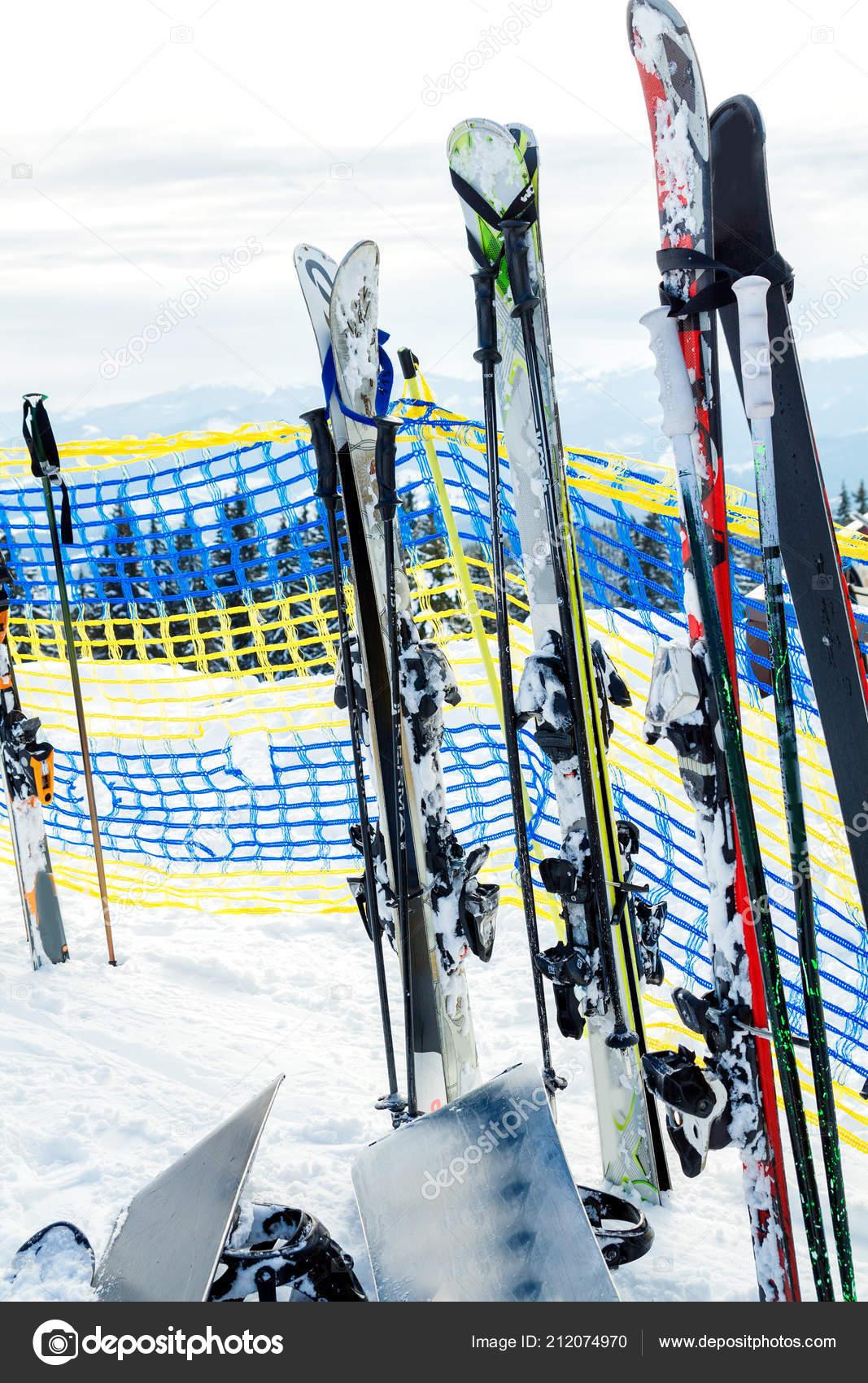Lyže a snowboardy do sněhu. Půjčovna lyží a snowboardů v horách– stock  obrázky 6406131f35f