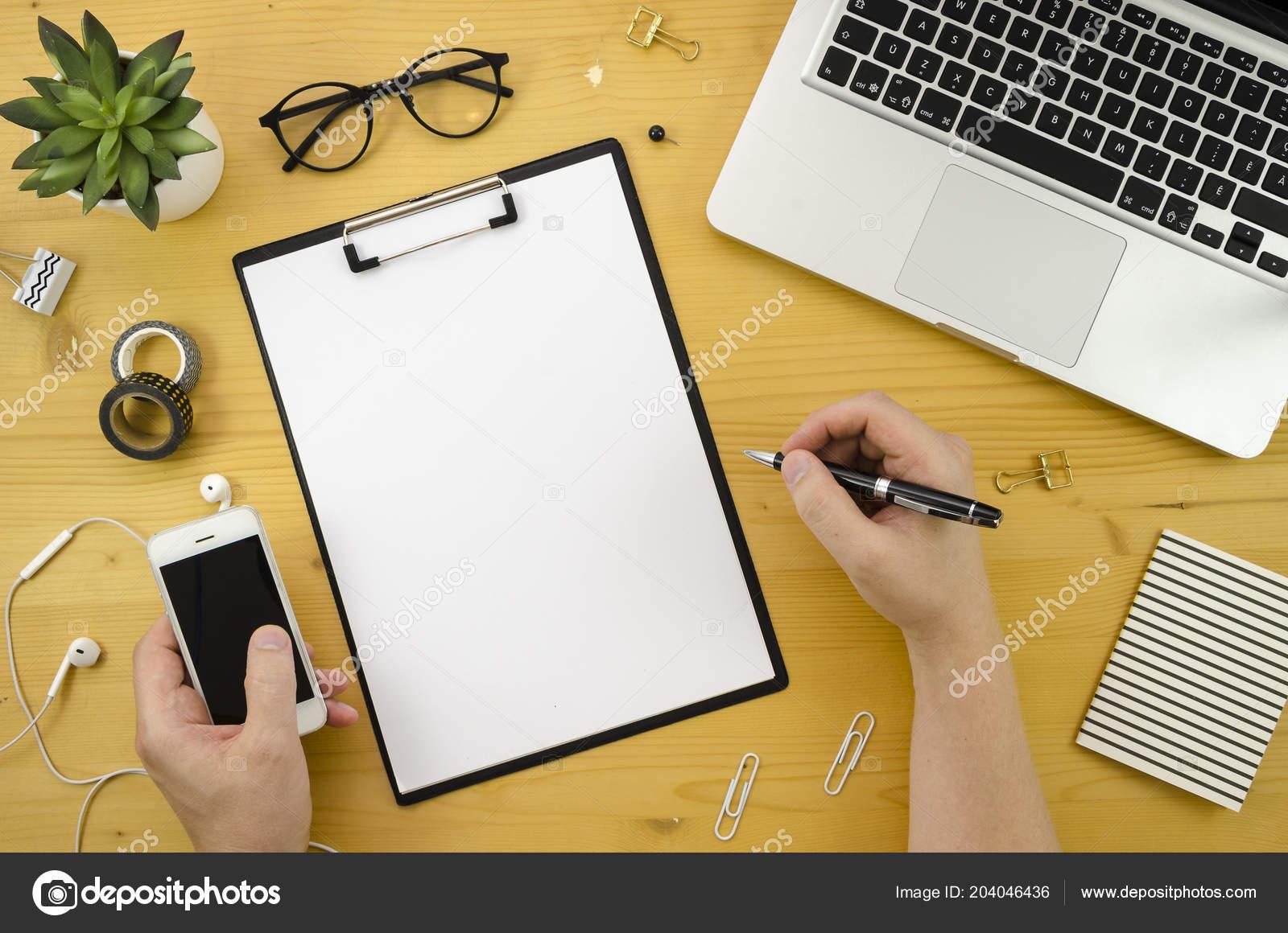Un homme tenant un téléphone mobile et un stylo accueil espace