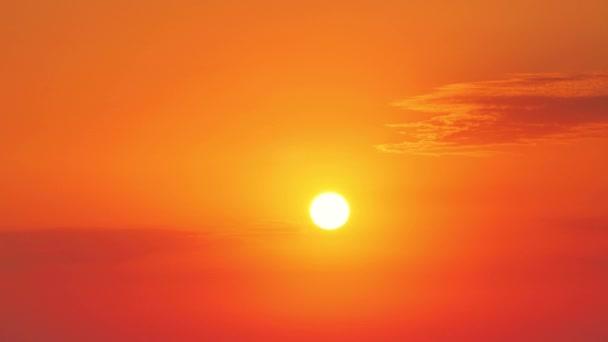 A nap felkel az égő arany égen, felhőkkel.