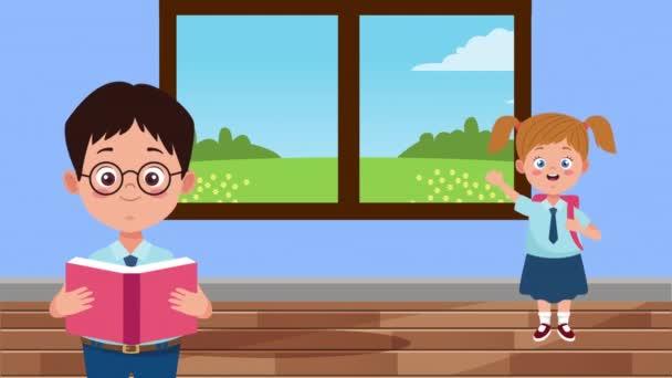 zpět do školní sezóny s malými dětmi pár ve školní chodbě
