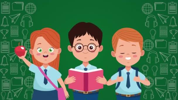 zpět do školní sezóny s malými dětmi a tabulí