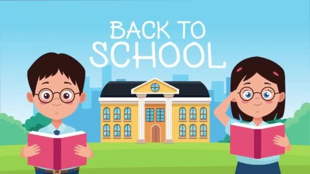 vissza az iskolába szezon iskolai épület kisgyerekekkel pár