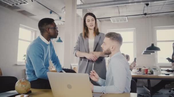 Vedoucí vážné ženského týmu hovoří mnohonárodnostní zaměstnancům, odejít. Zaměstnanci dohodnout se šéfem v kanceláři moderní loft 4k.