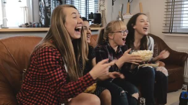 Krásné girlriends sledovat telenovelu v televizi. děvčata úsměv a smát se těší emocionální Romantický film 4k Zpomalený pohyb