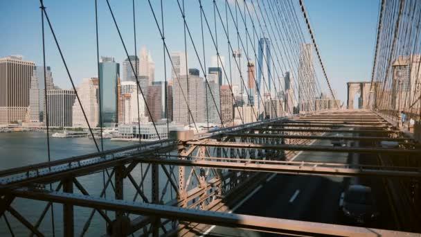 Timelapse panoramatický záběr z New Yorku přes kabely Brooklynský most. Centrum staveb pozadí slunného dne 4k.