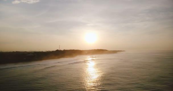 Drone flying přímo nad oceánem krásný západ slunce. Úžasné letecké panorama stanovení odraz slunce, vlny dosáhl pobřeží