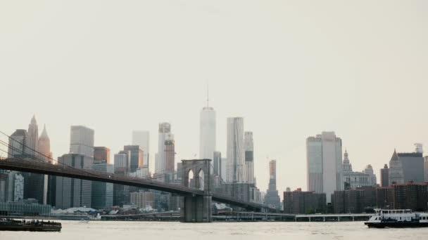 Krásné pozadí snímek západu slunce Brooklynský most a New York Panorama Panorama. Loď kolem na řece 4k.
