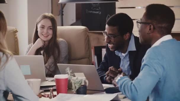 Tým mnohonárodnostní externích pracovníků nápady na kreativní brainstormingu v moderní stylový podkrovní kanceláři