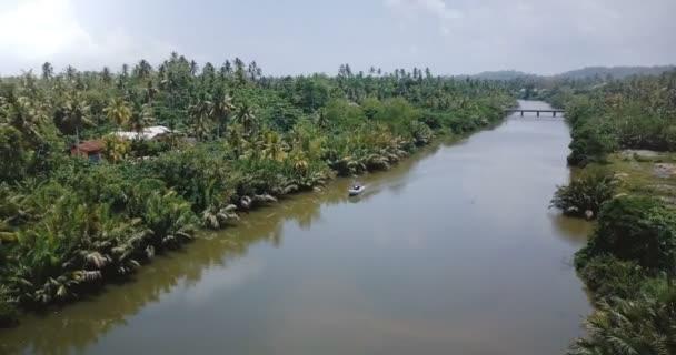 DRONY odbočení vlevo nad malé bílé lodi na krásné řeky v džungli divočiny a tropické zeleně palem