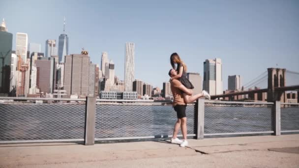 Evropské šťastlivec v náručí držel svou přítelkyni a předení na epické pohled Manhattan v New Yorku zpomalené.