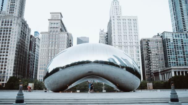 Fiatal, boldog pár közelében a felhő kapu, Chicago, usa-ban a reggeli séta. Turisták feltárása downtown.