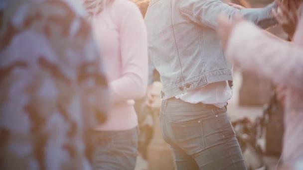 Slow-Motion-Blick auf viele Leute tanzen zu zweit, genießen eine lateinamerikanische Open-Air-Dance-Party auf der Straße
