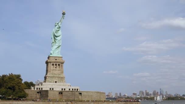 Széles panoráma szemcsésedik-ból világ híres szobor nemzeti emlékmű és a New York City skyline, Nézd, a víz.