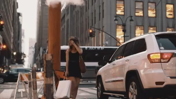 Mladá krásná žena stojící vedle silniční provoz v centru New Yorku, Amerika nedaleko kouřové trubky.