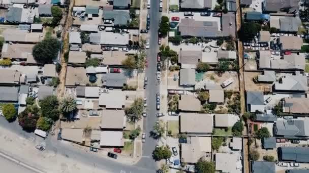 Szép légi drone felüljáró lövés lakó blokkolása kerület amerikai külvárosában, csendes környéken, egy napsütéses napon