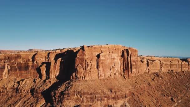 Dron nad horský hřeben odhalit epické sunny pouštní pustině s dech beroucí skalnatého útesu canyon Panorama