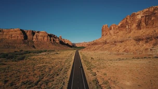 Letecký snímek pohybu na přímé americké pouštní silnice silnice mezi atmosférickým rocky mountain canyon ridge.