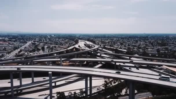 DRONY sestupně nad komplexní dálnici křižovatce s provozem procházení více silniční nadjezdy a mosty.