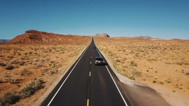 DRONY následuje dvě auta jízdy po krásné dálnici silnici památky údolí, široké otevření nekonečné suché pouštní krajina.