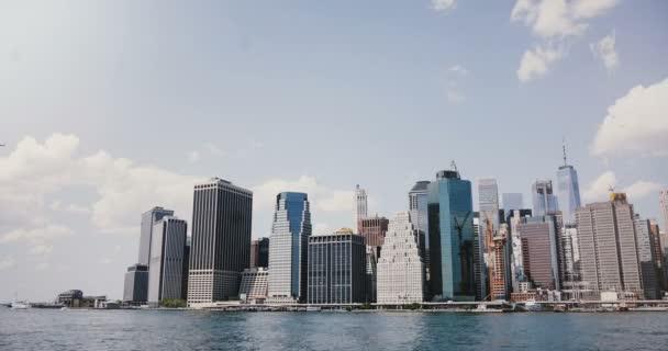 Timelapse z New Yorku, Manhattan z East River. 4 k. malebným panoramtem sunny mrakodrapy, finanční centrum okres