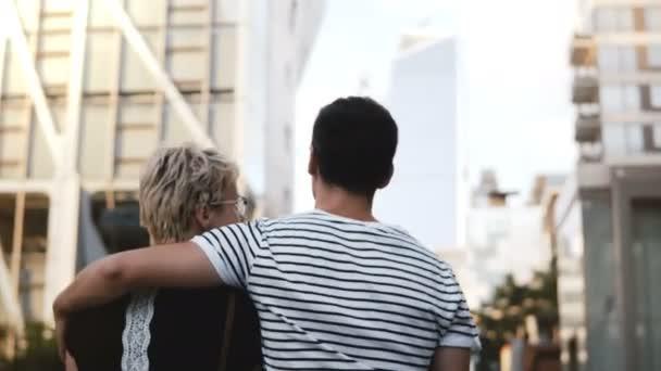 Krásný mladý muž a žena chůze po ulici New Yorku letní společně, rozhovoru, objímání a zobrazení.