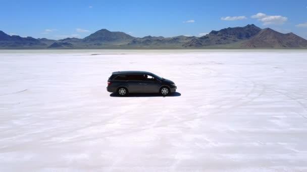 DRONY létající do stran následující stříbrné auto minivan jízdy poušti úchvatné Slané jezero Bonneville