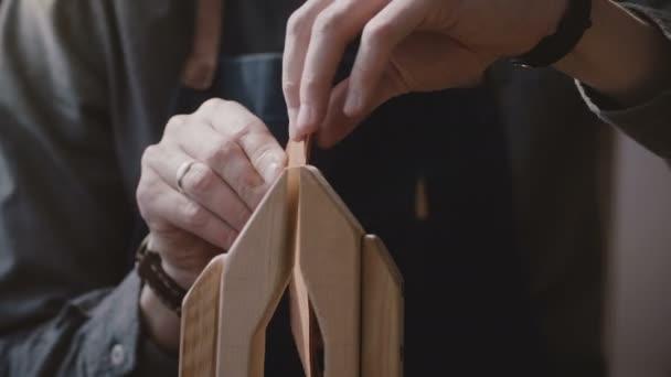 Nahaufnahme der Handwerker Geschäftsmann aus Holz Nähen Sattler und setzen ein Stück Leder in einer Werkstatt anpassen