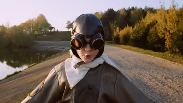 Boldog vicces aviator kisfiú fut felé úgy tesz, mintha egy síkban lassított kamera kísérleti vintage szemüveg
