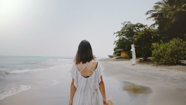 Zpomalený pohyb kamera sleduje žena mladé krásné šťastné turistické procházce po pláži idylické tropické moře s slamák