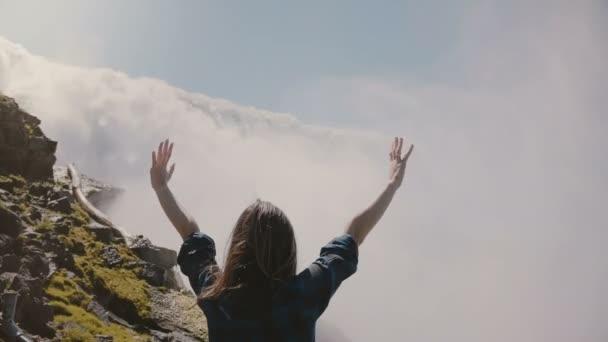 Pomalý pohyb, pohled na vzrušený turistický ruch stojící se zbraněmi dokořán v epické scenérii Niagara Falls.