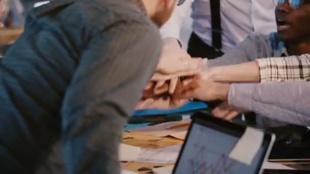 Blízká kopie šťastných multirasových obchodních partnerů dohromady spojuje tým, který je součástí kancelářského stolu, koncepce týmové práce.