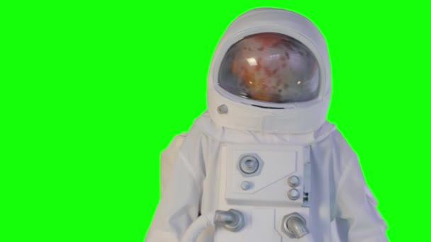 der Astronaut bewegt sich auf grünem Hintergrund vorwärts