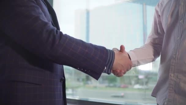 podání rukou dvěma podnikatelům v kanceláři