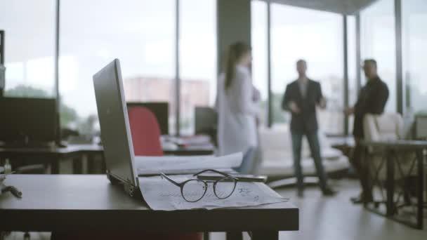 Zár-megjelöl Hivatal iskolapad-val laptop-ra asztal-val pénzügyi beszámol iratok-ra elmaszatol háttér. üzletemberek megvitatása és tervezése, a koncepció életlenítés háttér