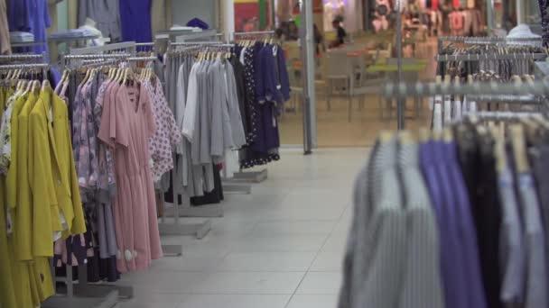 Oblečení v obchodě s oděvy