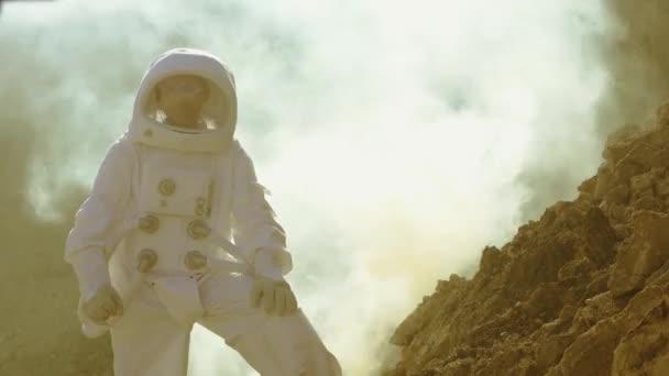 Mutiger Astronaut im Weltraumanzug erkundet den In Nebel bedeckten Roten Planeten Mars. abenteuer. Raumfahrt, bewohnbare Welt und Kolonisationskonzept