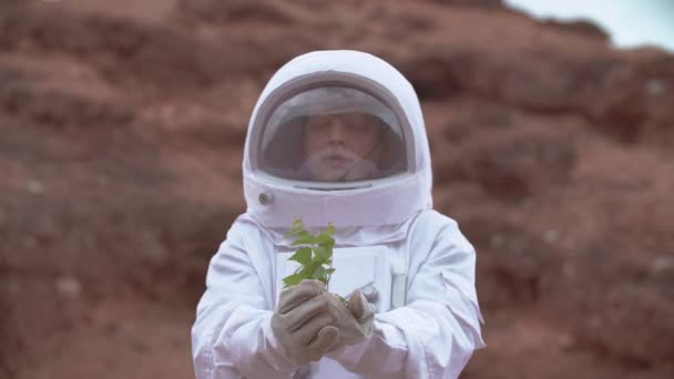 Astronaut im All trägt Kostüm