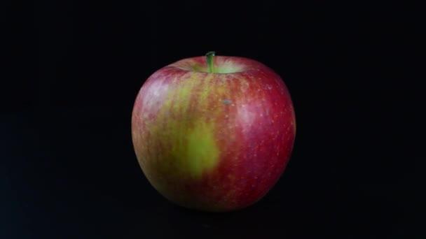 jablečné spřádání na černém pozadí